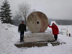 Tahkon monumentti Nilsiän kvartsiittiliuskeesta
